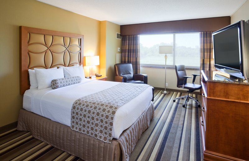Crowne Plaza Minneapolis West-Queen Bed Guest Room<br/>Image from Leonardo