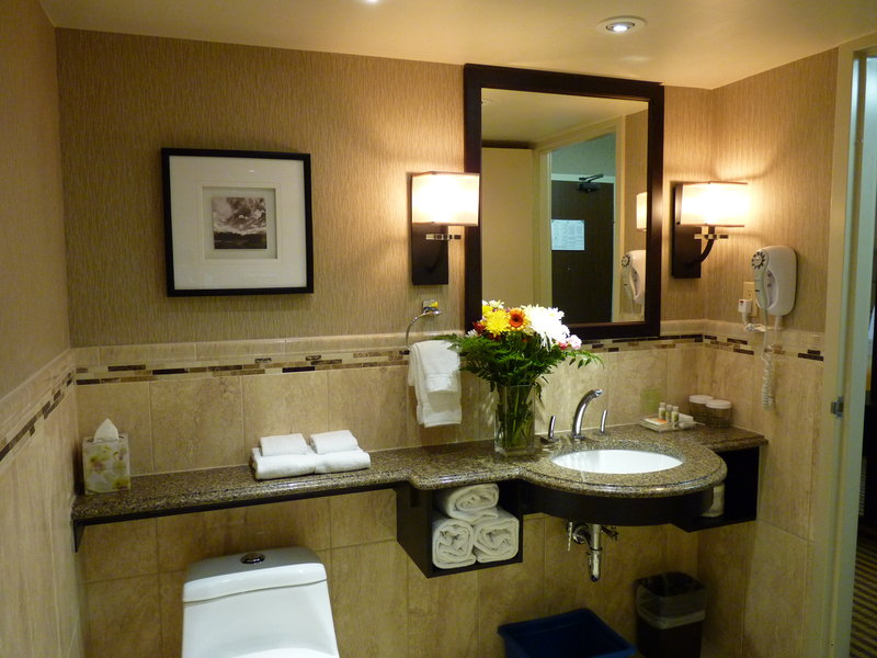 Holiday Inn Peterborough-Waterfront-Bathroom connected to the Executive Suite's bedroom<br/>Image from Leonardo
