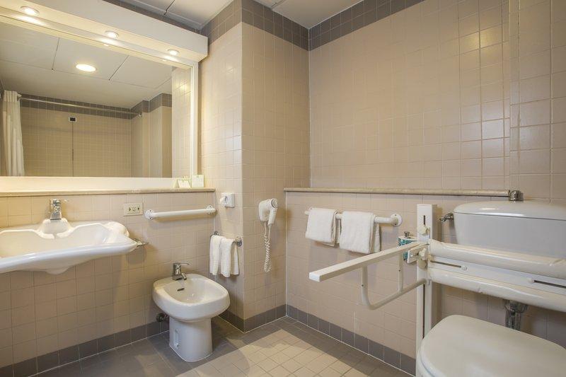 Holiday Inn Naples-Wheelchair accessibile bathroom<br/>Image from Leonardo