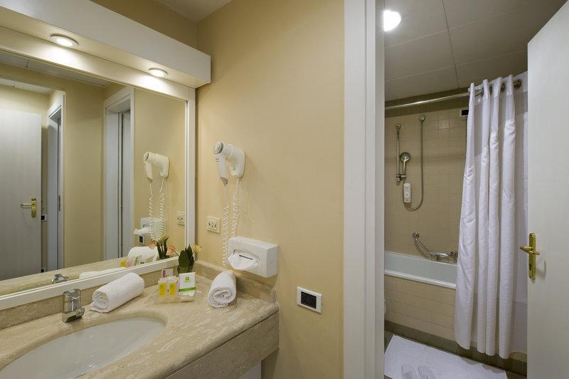 Holiday Inn Naples-Suite Bathroom<br/>Image from Leonardo