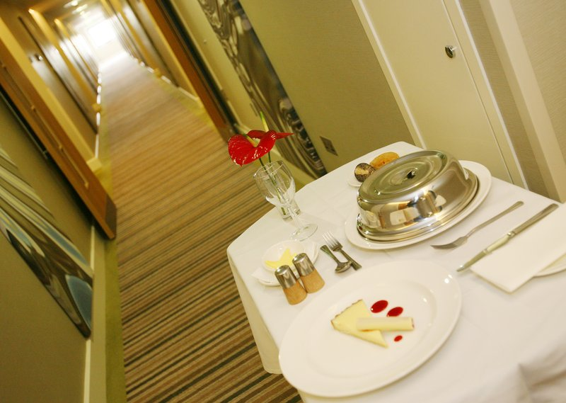Holiday Inn Reading - M4, Jct. 10-Room Service<br/>Image from Leonardo