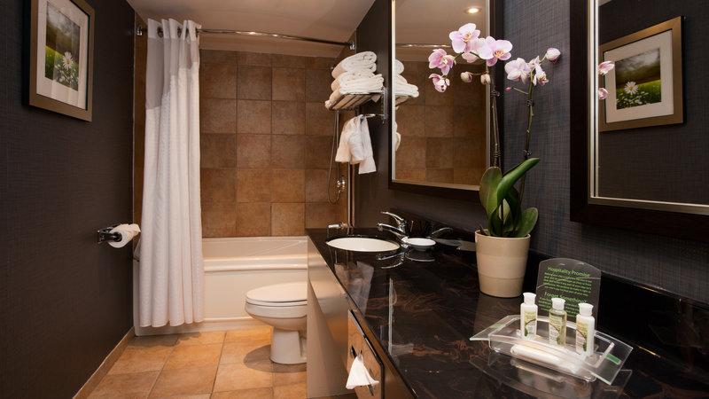 Holiday Inn Hotel & Suites Mississauga West - Meadowvale-Bathroom<br/>Image from Leonardo