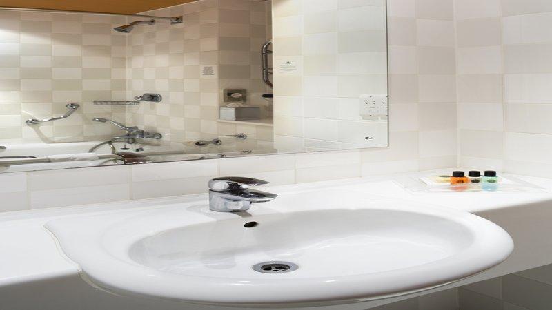 Holiday Inn Colchester-Guest Bathroom<br/>Image from Leonardo