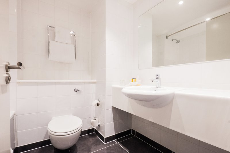 Holiday Inn Farnborough-En-suite bathroom in our guest rooms<br/>Image from Leonardo