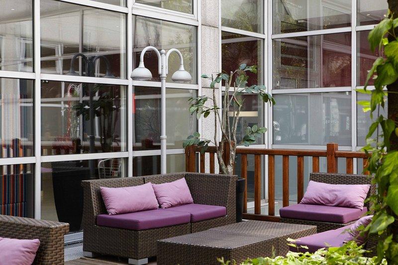Holiday Inn Paris - Marne La Vallee-Guest Patio<br/>Image from Leonardo