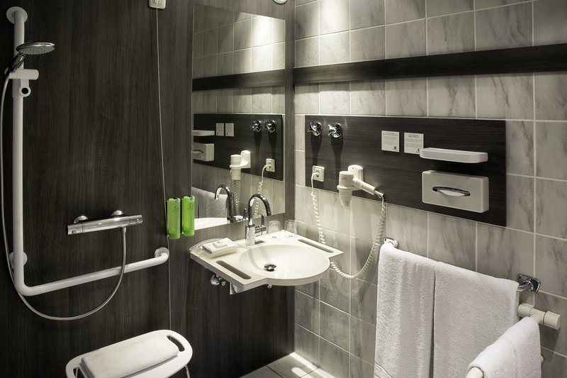 Holiday Inn Stuttgart-An accessible bathroom with a handheld shower head<br/>Image from Leonardo
