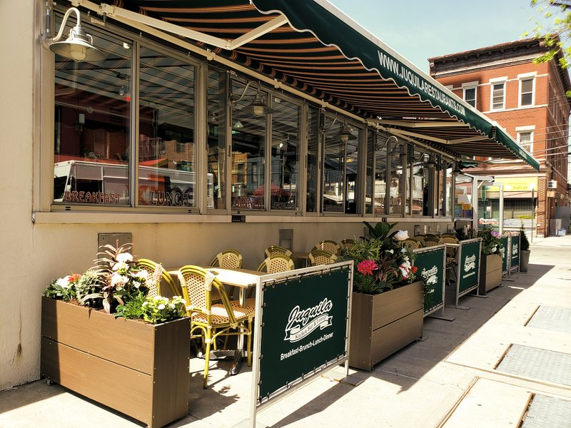 Holiday Inn L.I. City-Manhattan View-Juquila Kitchen & Bar - in-season sidewalk cafe<br/>Image from Leonardo