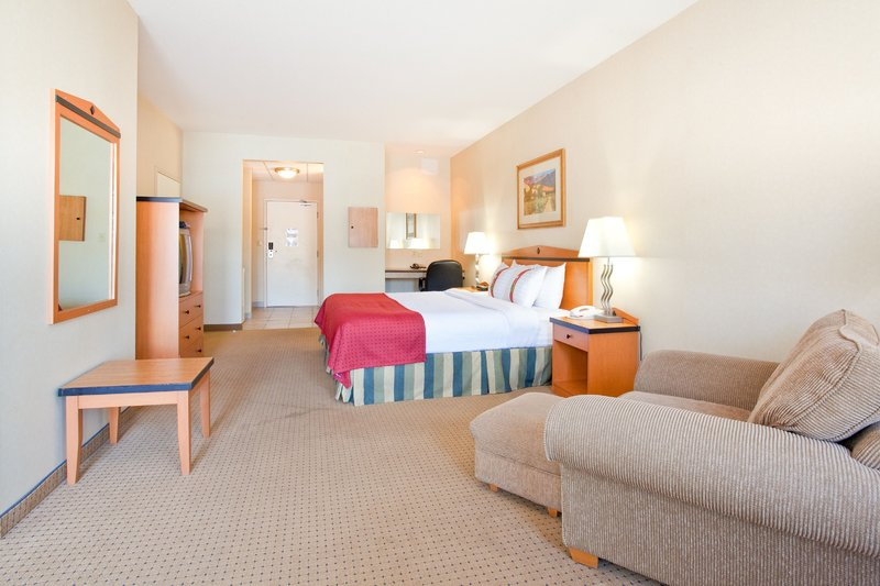 Holiday Inn Hotel & Suites Osoyoos-Holiday Inn Osoyoos Guest Room 1 King Bed<br/>Image from Leonardo