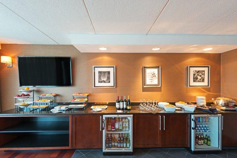 Crowne Plaza Boston - Woburn-Enjoy evenings in the Concierge Lounge<br/>Image from Leonardo