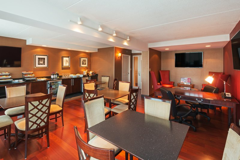 Crowne Plaza Boston - Woburn-Guest on our Executive Level enjoy the Concierge Lounge<br/>Image from Leonardo