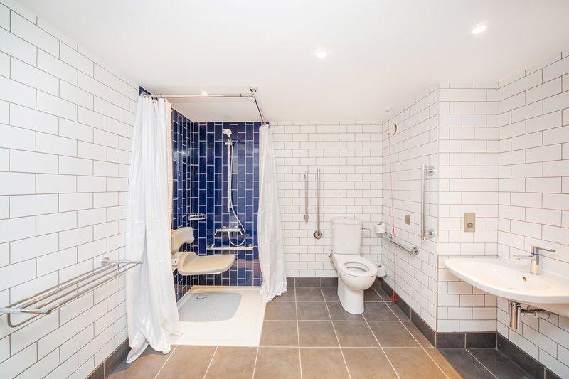 Holiday Inn Reading-South M4, Jct.11-Accessible Bathroom<br/>Image from Leonardo