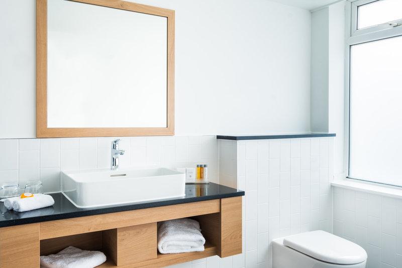 Holiday Inn Reading-South M4, Jct.11-Guest Bathroom<br/>Image from Leonardo