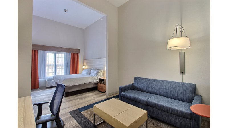 Holiday Inn Express & Suites Milwaukee Airport-Upgrade Suite<br/>Image from Leonardo
