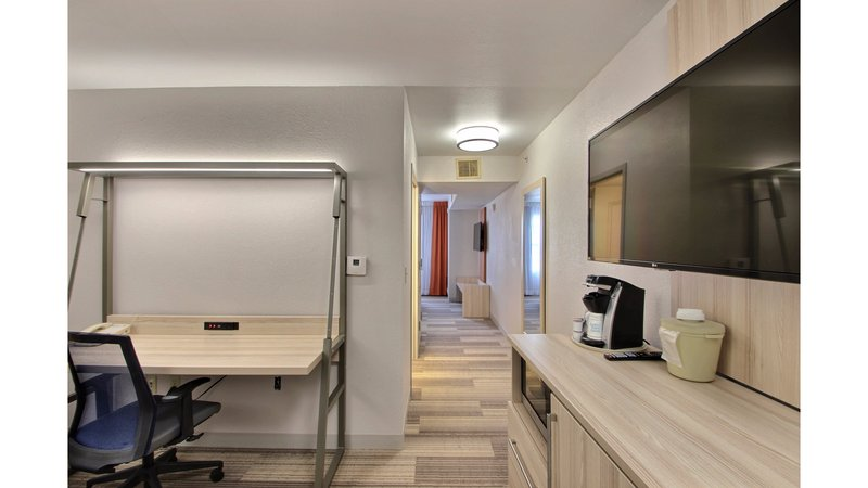 Holiday Inn Express & Suites Milwaukee Airport-Upgraded Suite<br/>Image from Leonardo