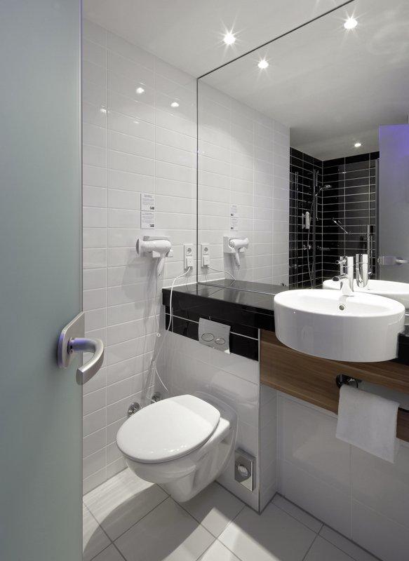 Holiday Inn Express Nuremberg City - Hauptbahnhof-Guest Bathroom<br/>Image from Leonardo