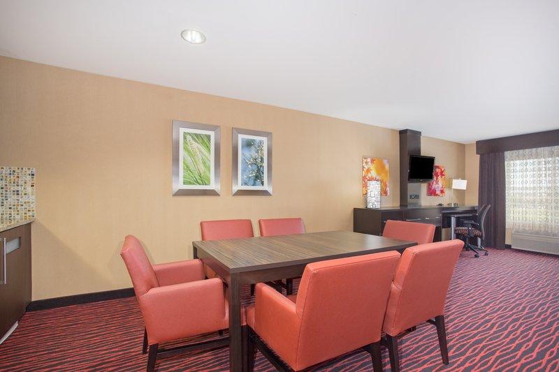 Holiday Inn Colorado Springs Airport-Colorado Springs Airport - King Suitre Living Room<br/>Image from Leonardo