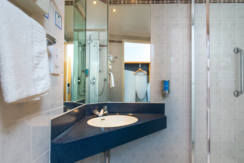 Holiday Inn Express Derby - Pride Park-Freshen up in your en-suite complete with power shower<br/>Image from Leonardo