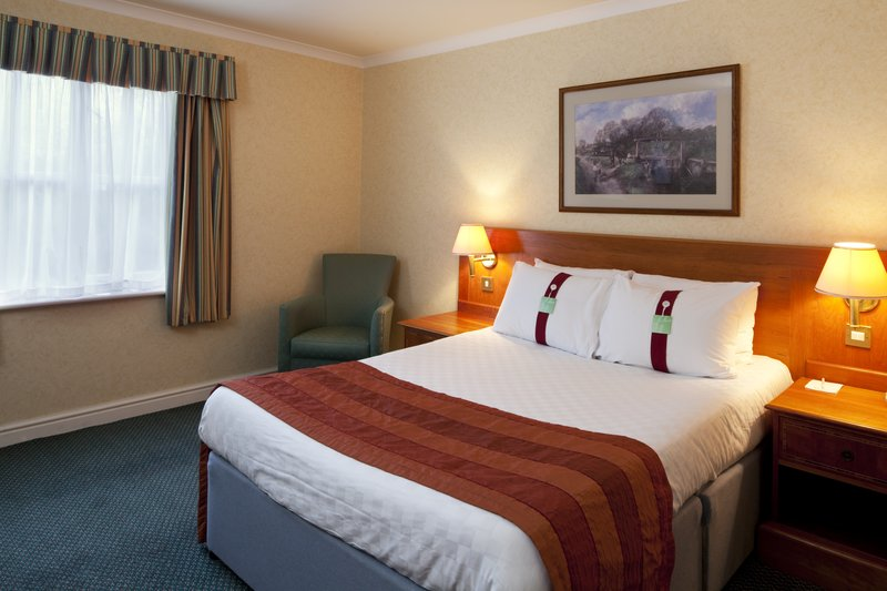 Holiday Inn Ipswich - Orwell-Comfortable double bedded room  with en suite bathroom<br/>Image from Leonardo
