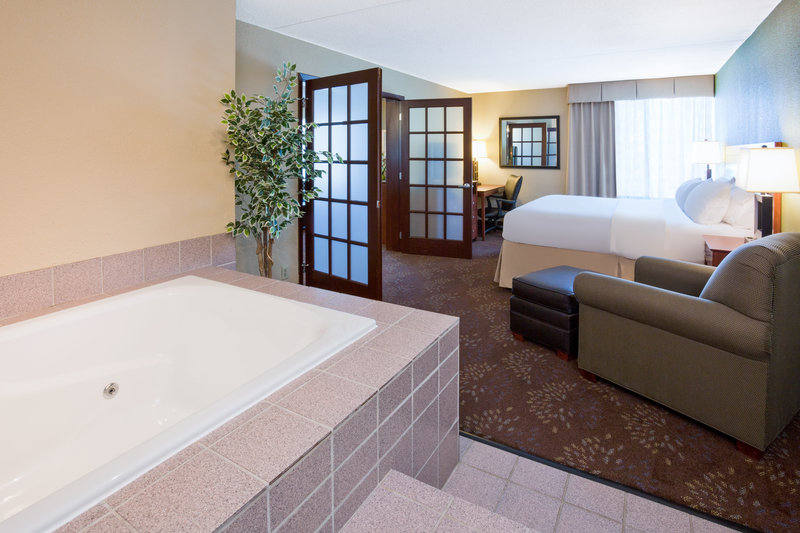 Holiday Inn Fairmont-Jacuzzi Suite<br/>Image from Leonardo