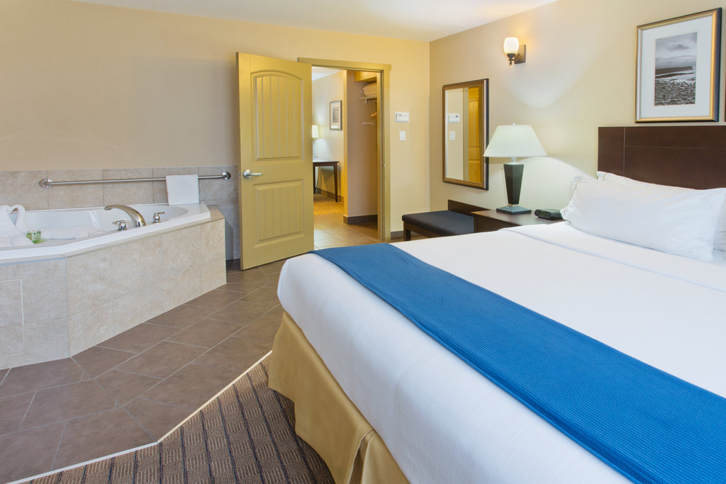 Holiday Inn Express & Suites Courtenay Comox Valley SW-King Spa Suite with jetted tub<br/>Image from Leonardo
