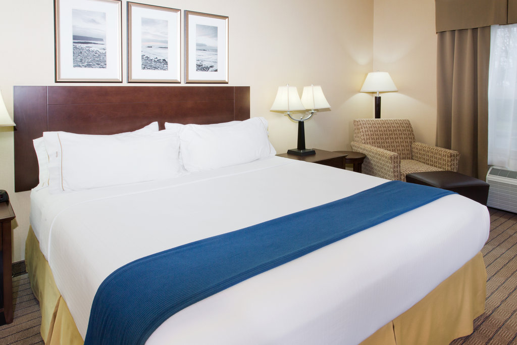 Holiday Inn Express & Suites Courtenay Comox Valley SW-ADA/Handicapped accessible King Guest Room<br/>Image from Leonardo