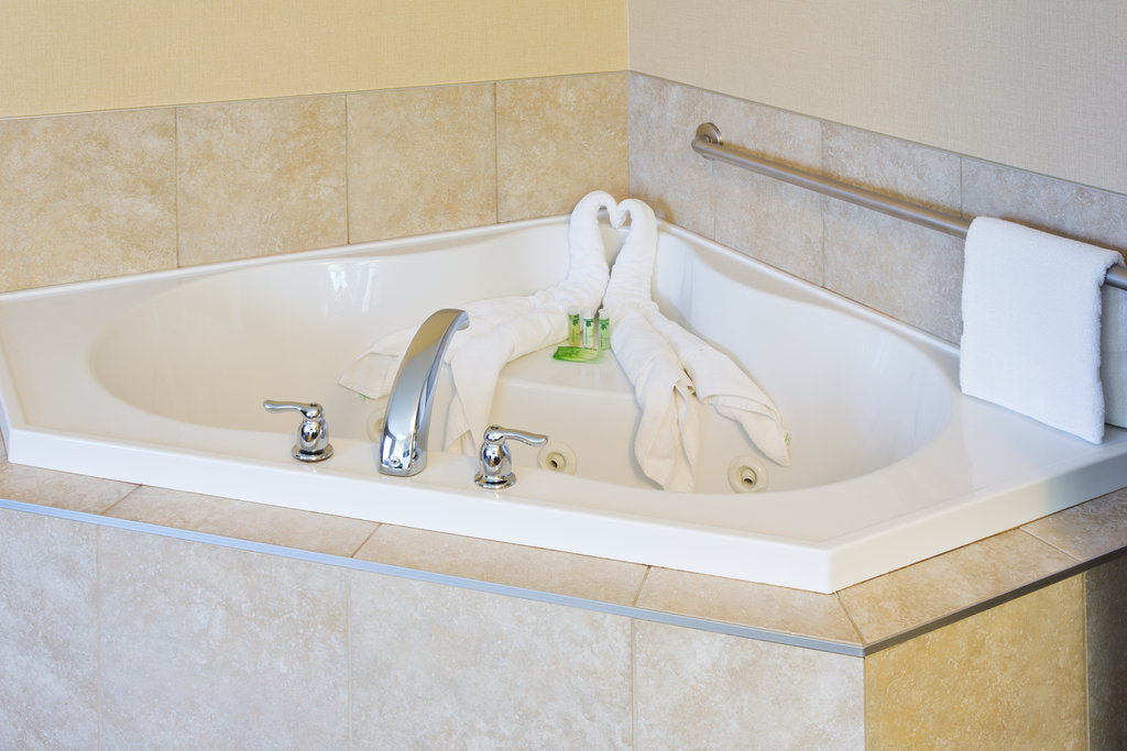 Holiday Inn Express & Suites Courtenay Comox Valley SW-Guest Bathroom with jetted tub<br/>Image from Leonardo