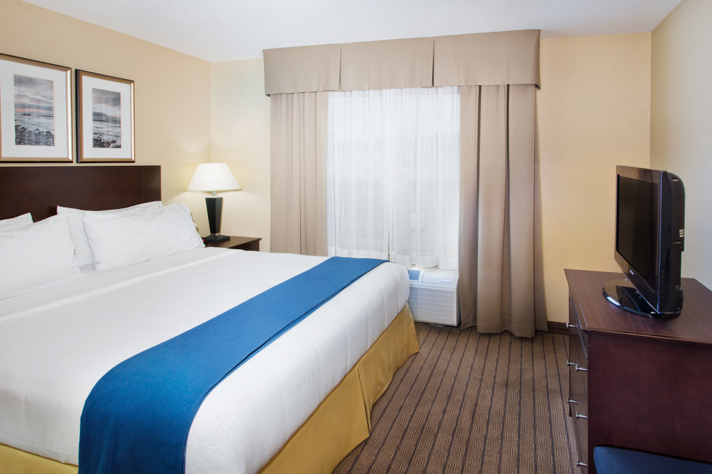 Holiday Inn Express & Suites Courtenay Comox Valley SW-King Executive Suite Bedroom<br/>Image from Leonardo