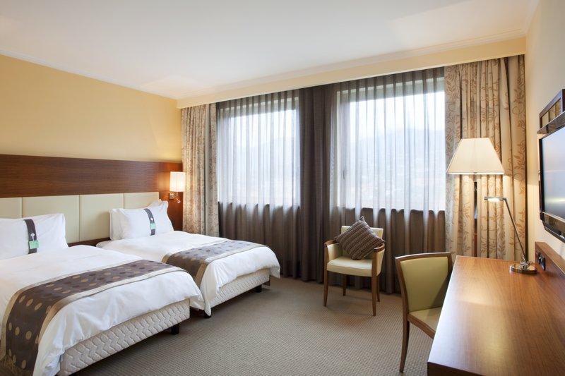 Holiday Inn Salerno - Cava de' Tirreni-Double bedded Guest Room<br/>Image from Leonardo