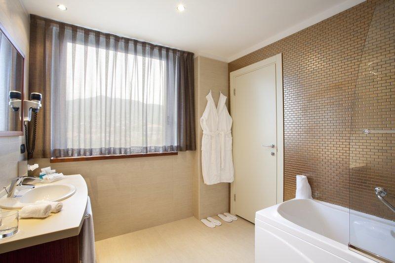 Holiday Inn Salerno - Cava de' Tirreni-Guest Bathroom with bathtub<br/>Image from Leonardo
