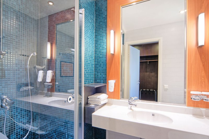 Holiday Inn Helsinki - West -Ruoholahti-Refreshed bathroom comes with spa-style power shower<br/>Image from Leonardo
