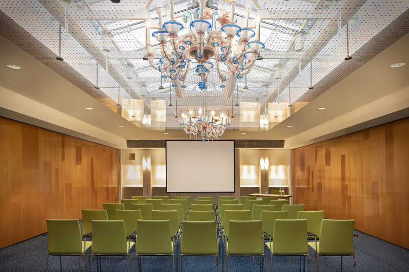 Crowne Plaza Hannover-A light-filled, spacious meeting room for lectures and seminars.<br/>Image from Leonardo