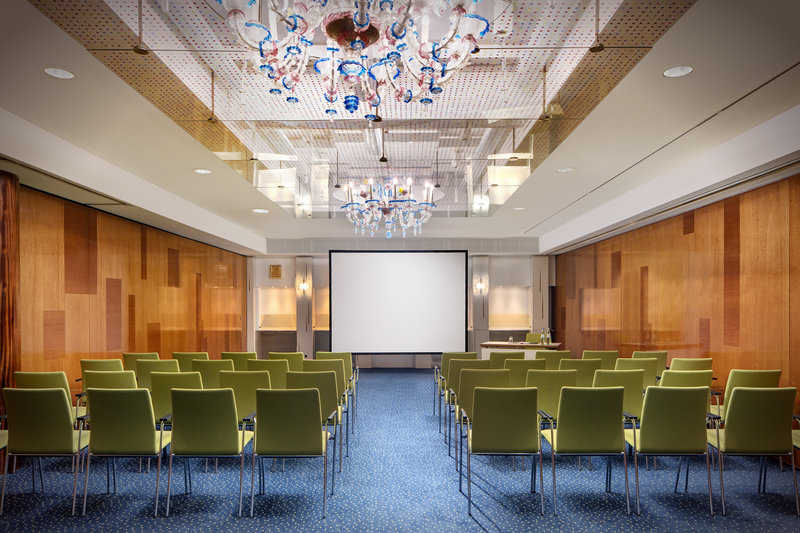 Crowne Plaza Hannover-A meeting room with a projection screen and up-to-date technology.<br/>Image from Leonardo