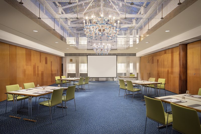 Crowne Plaza Hannover-A light-filled function room, perfect for meetings and events.<br/>Image from Leonardo