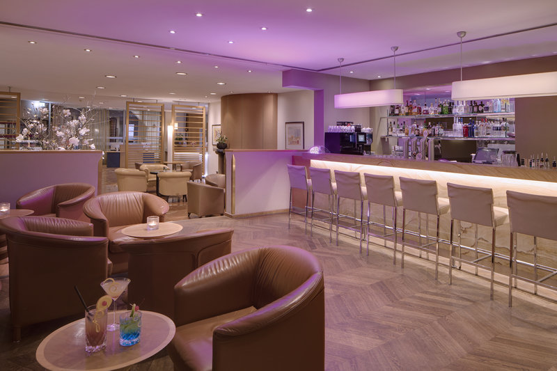 Crowne Plaza Hannover-A fully stocked bar, with high chairs and comfy leather armchairs.<br/>Image from Leonardo