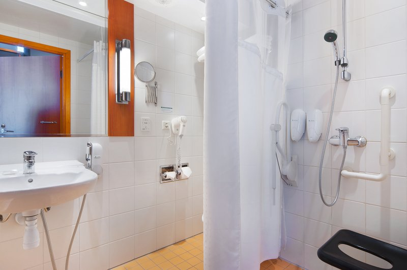 Holiday Inn Helsinki City Centre-In this bathroom you can easily move around with your wheelchair<br/>Image from Leonardo