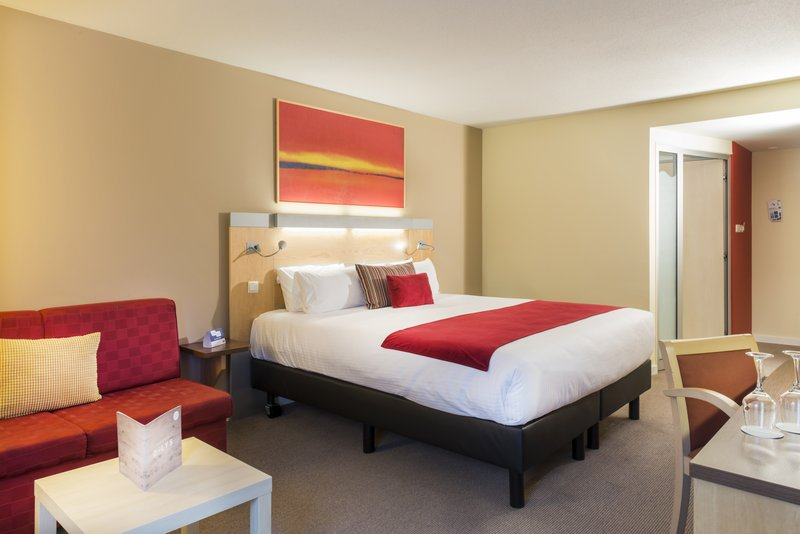 Holiday Inn Express Gent-1 King Bed with Sofa, fridge, mineral water<br/>Image from Leonardo