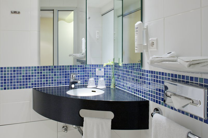 Holiday Inn Express Gent-Guest Bathroom<br/>Image from Leonardo