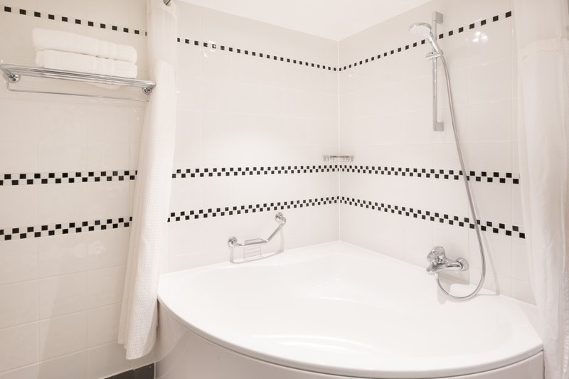 Holiday Inn Leicester-En-suite bathroom in our deluxe hotel room<br/>Image from Leonardo