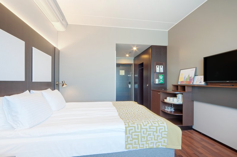 Holiday Inn Helsinki - West -Ruoholahti-Standard Queen bed room with a small sofa bed<br/>Image from Leonardo