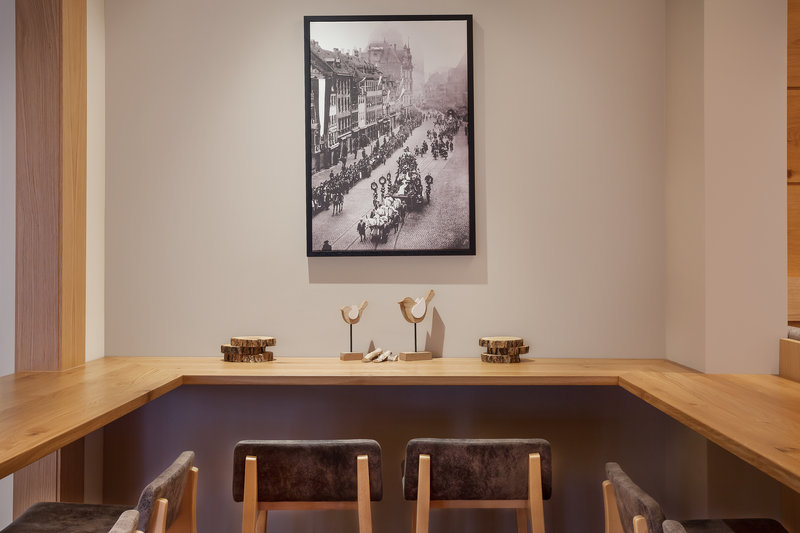 Holiday Inn Nuernberg City Centre-A cosy corner of the bar, ideal for a drink in the evening.<br/>Image from Leonardo