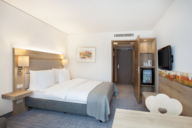 Holiday Inn Nuernberg City Centre-A spacious Holiday Inn queen room in restful, neutral tones.<br/>Image from Leonardo
