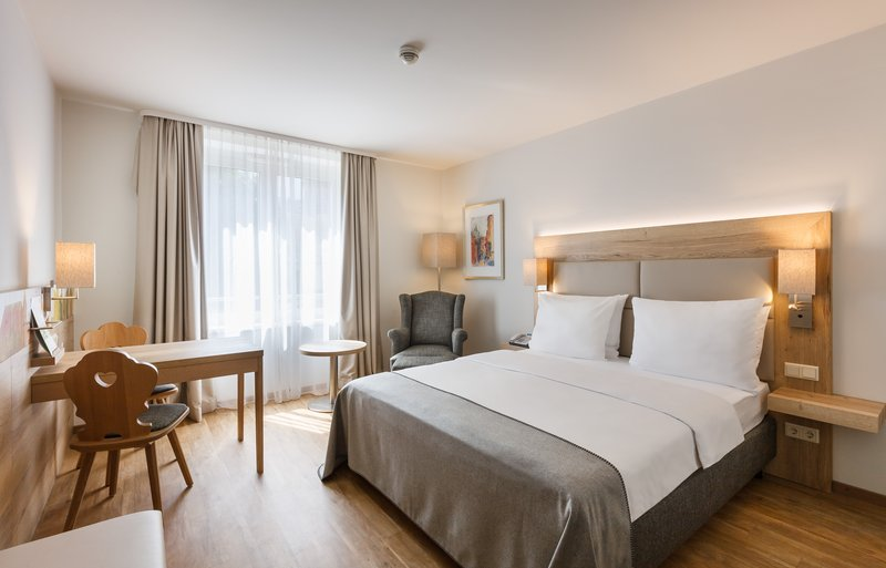 Holiday Inn Nuernberg City Centre-Queen Bed Guest Room<br/>Image from Leonardo