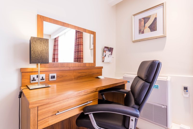 Holiday Inn Newcastle-Jesmond-Leather chair and working desk<br/>Image from Leonardo