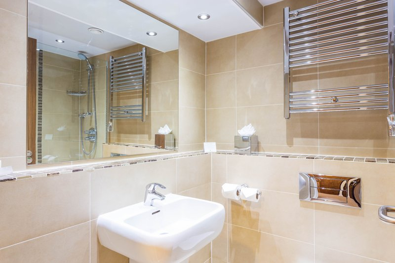 Holiday Inn Newcastle-Jesmond-The kingsize rooms have showers the twins have showers over bath<br/>Image from Leonardo