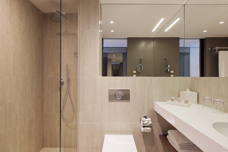 Crowne Plaza Geneva-Standard room Guest Bathroom<br/>Image from Leonardo