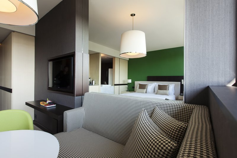 Crowne Plaza Geneva-Deluxe King Bed Room with city or mountain view<br/>Image from Leonardo