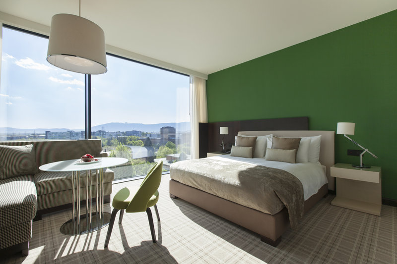 Crowne Plaza Geneva-Club Room with large bed, city or mountain view<br/>Image from Leonardo