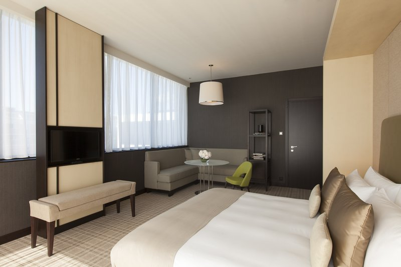 Crowne Plaza Geneva-King Club Suite, bedroom with large terrace<br/>Image from Leonardo