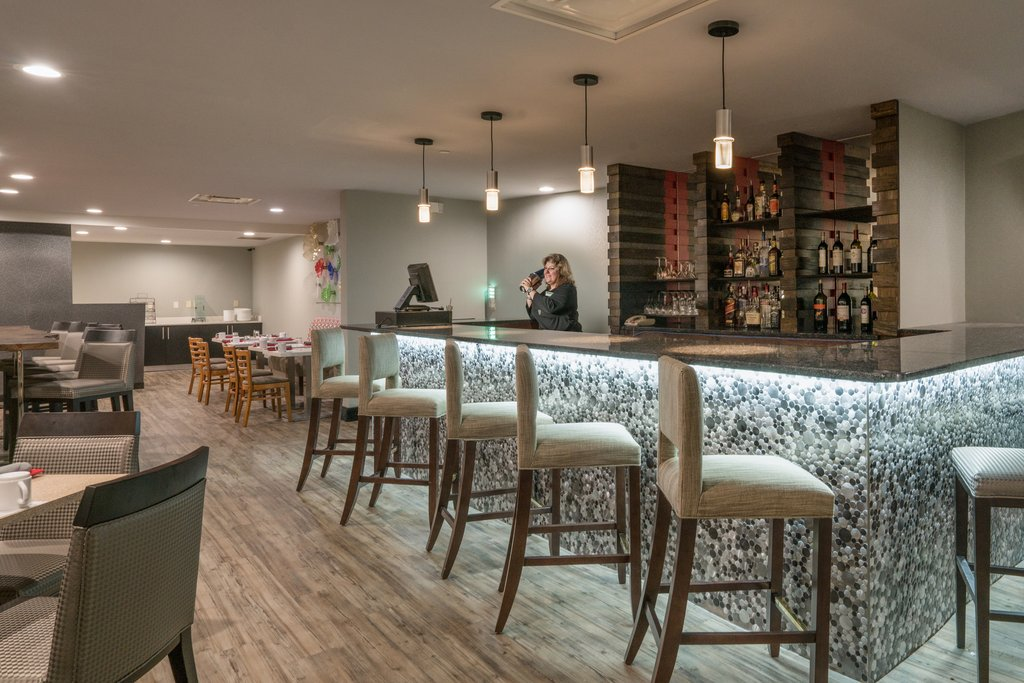 Holiday Inn Atlanta/Roswell-Shopping at North Point Mall? Head over to Cafe Verte for a drink!<br/>Image from Leonardo