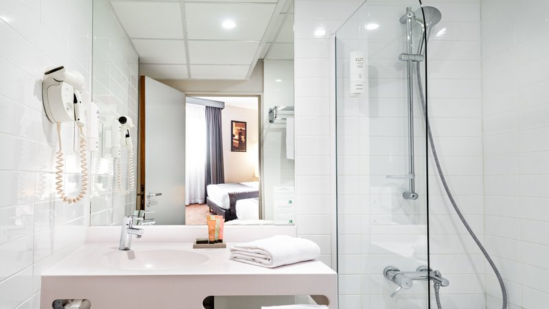 Holiday Inn Reims Centre-Bathroom with walk in shower<br/>Image from Leonardo